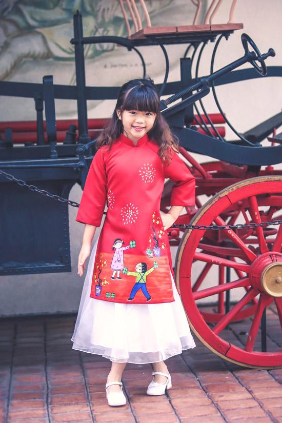 Trong bộ ảnh mới thực hiện, Nguyệt Cát cùng mẹ mặc áo dài ton sur ton. Cô bé tự tin tạo dáng trước ống kính.