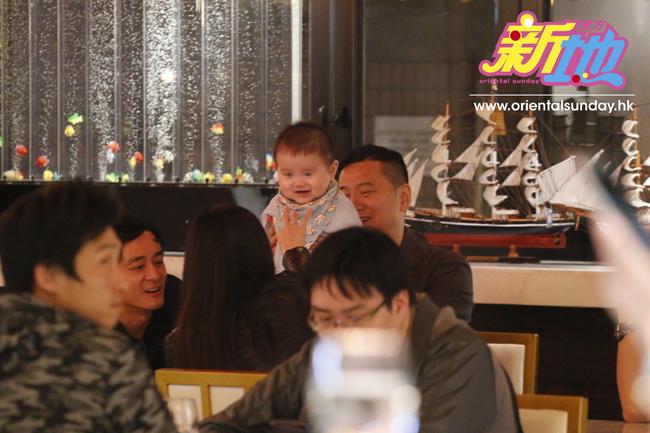 Cuối tuần trước, Hoa hậu Hong Kong Diệp Thúy Thúy cùng chồng đưa cậu con trai đi ăn tối với bạn bè. Chào đời tháng 4 năm ngoái, cậu bé Jake đã được 9 tháng tuổi và bụ bẫm, đáng yêu, gương mặt sao y bản chính của bố.