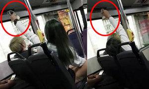 Cô gái dùng điều hòa trên xe buýt để sấy khô giầy