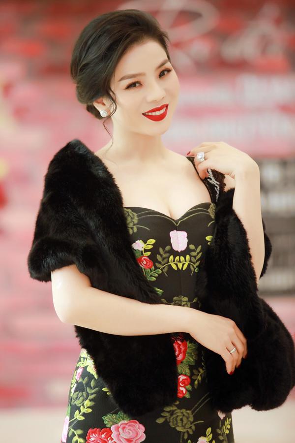 Lệ Quyên chuẩn bị thêm khăn choàng để giữ ấm và làm điệu thêm cho bộ trang phục. Nữ ca sĩ kết hợp váy cúp ngực với áo choàng, tóc búi thấp và trang điểm kiểu cổ điển để hoàn thiện phong cách ngày đông.Trong lần trở lại này, cô tự hàogiới thiệu đến khán giả thủ đô những ca khúc nhạc Trịnh do mình thể hiện.
