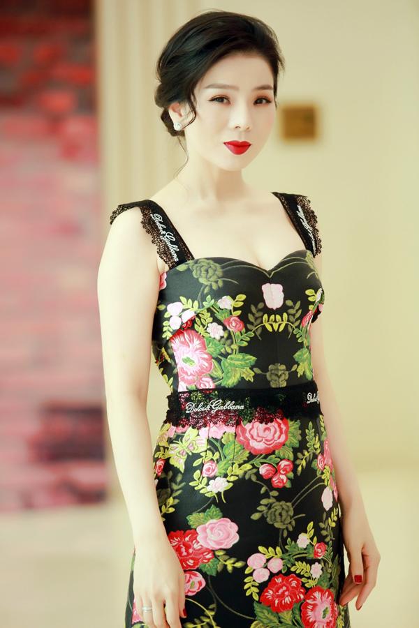 Sau chuyến lưu diễn dài ngày, Lệ Quyên có mặt tại Hà Nội để tổ chức họp báo ra mắt giới thiệu liveshow Ru đời đi nhé của chính mình. Nữ ca sĩ mặc váy cúp ngực mỏng manh giữa tiết trời lạnh giá của thủ đô.