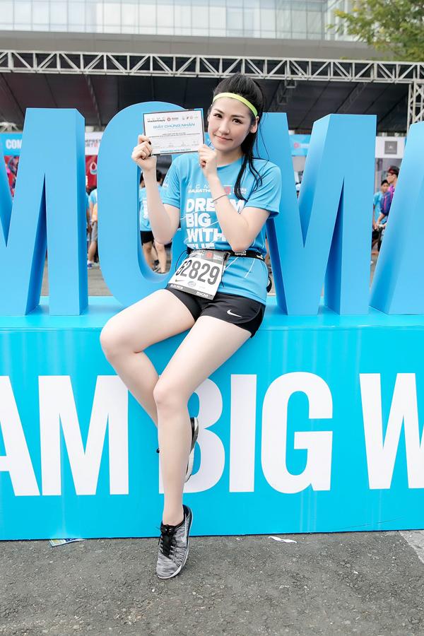 Tú Anh hoàn thành thử thách chạy 5 km sau 36 phút. Cô được trao giấy chứng nhận khi vềđích.