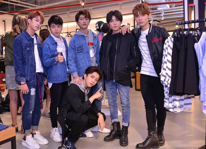 Nhóm nhạc Uni5 cũng dự sự kiện này.
