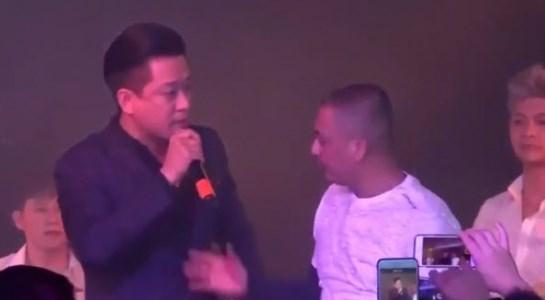 Cựu thành viên Quả Dưa Hấu bị khán giả giật mic khi đang hát tại một casino ở Mỹ.