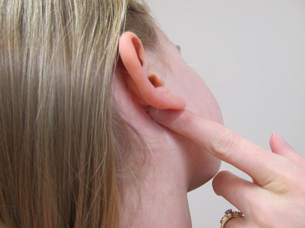 Nếu bạn thường xuyên xịt nước hoa vào phía sau tai thì càng nên làm sạch kỹ lưỡng.