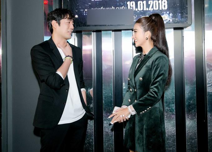 Người đẹp Việt và diễn viên xứ kim chi trò chuyện vui vẻ. Kim Tuyến khen Jo Han Sun rất thân thiện, gần gũi.