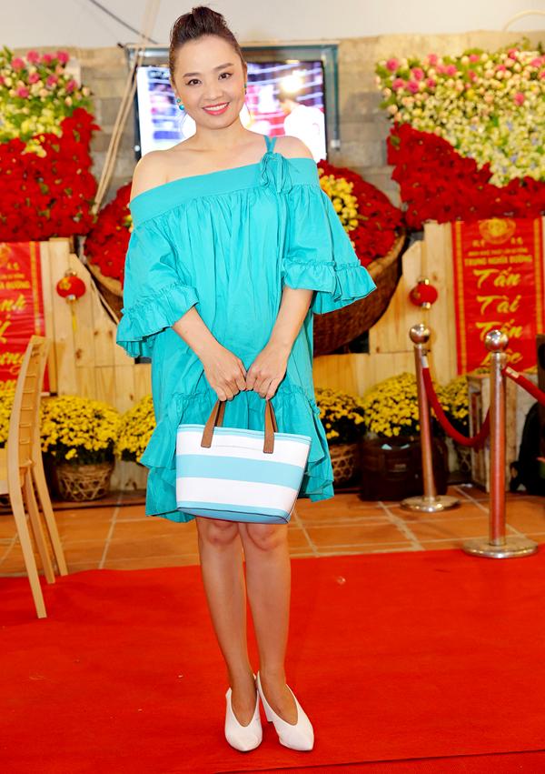 Diễn viên Hoài An điệu đà khoe vai trần.
