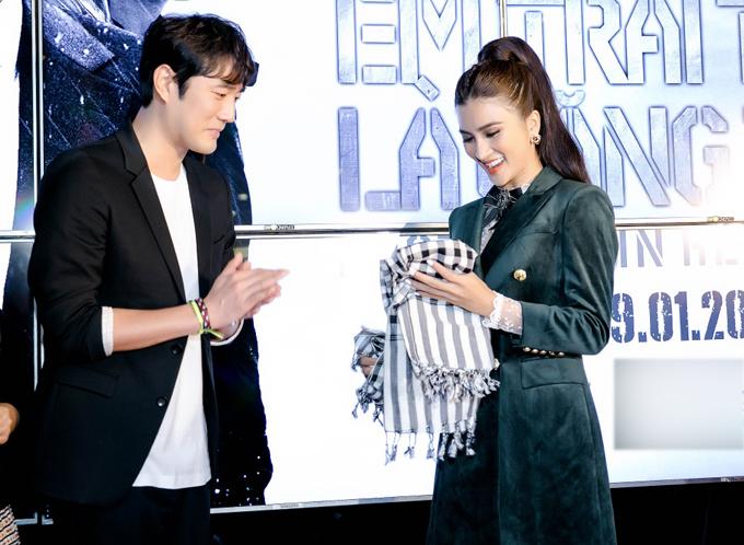 Nam diễn viên bất ngờ khi người đẹp Việt mang những khăn rằn tới tặng anh.