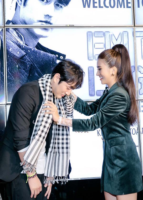 Kim Tuyếntự tay quàng khăn cho Jo Han Sun.