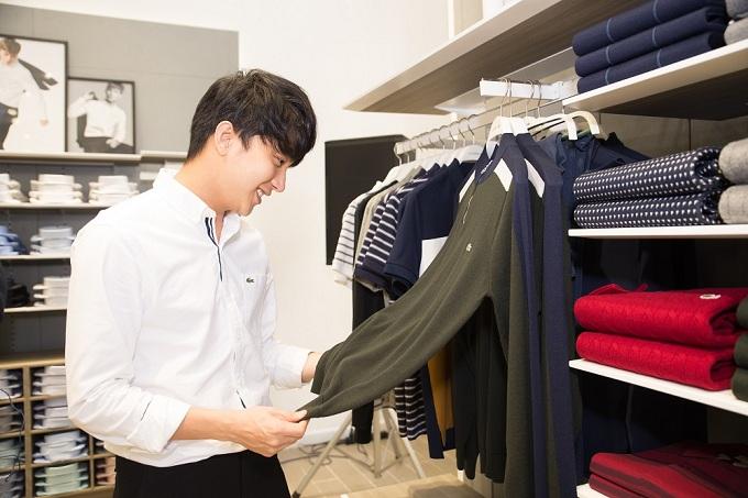 B Trần yếu thích mộtthiết kế áo trong bộ sưu tập mới của thương hiệu.