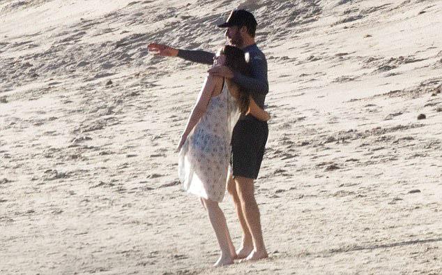 Sau nhiều tháng hẹn hò bí mật, Dakota Johnson và Chris Martin cuối cùng đã có thể thoải mái tay trong tay đi dạo cùng nhau.