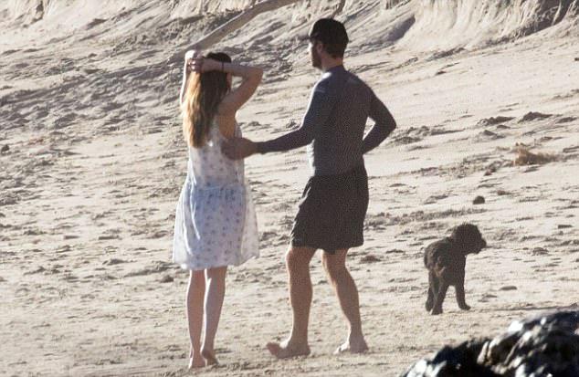Cặp đôi quyết định công khai mối quan hệ vào cuối tuần qua. Một ngày trước khi ra bãi biển đi dạo, Dakota và Chris Martin đã có bữa tối ngọt ngào ở nhà hàng Soho, Malibu hôm thứ 7.