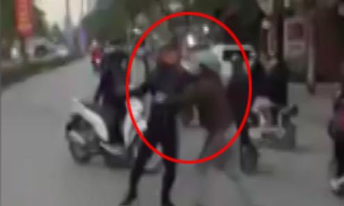 Hai người đàn ông đấm nhau túi bụi sau va chạm giao thông
