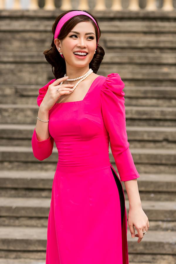 Diễm Trang, Thanh Thanh Tú gợi nhớ hình ảnh của những cô nàng tân thời ở thập niên cũ khi xuất hiện trong các mẫu áo dài tay bồng, đầu quấn băng đô.