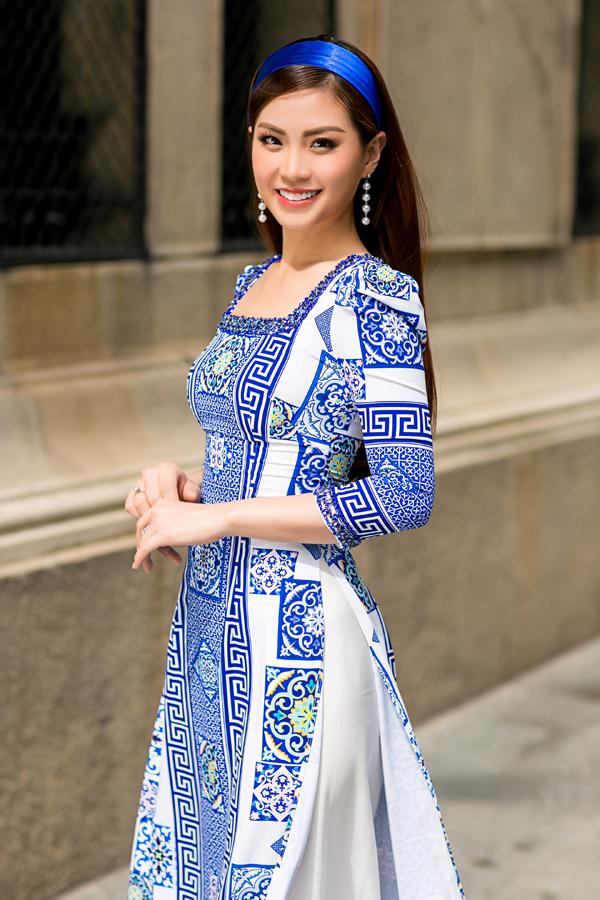 Những chiếc áo dài với hình dáng hoa văn uyển chuyển được lấy cảm hứng từ những họa tiết trên bình gốm mang đến điểm nhấn nổi bật cho tà áo.