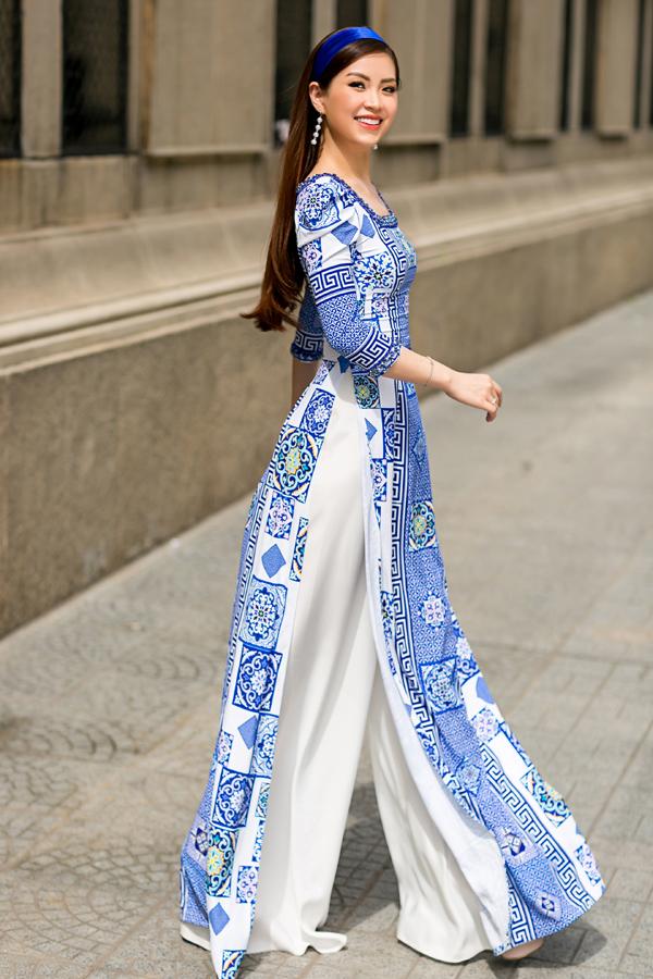 Nhà thiết kế khéo léo đưa hai tông màu trắng  xanh vào chiếc áo dài mang lại vẻ đẹp thanh tao, duyên dáng đậm chất phụ nữ Á Đông.