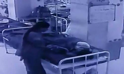 Bé sơ sinh bị bắt cóc khi đang nằm cạnh mẹ trong bệnh viện