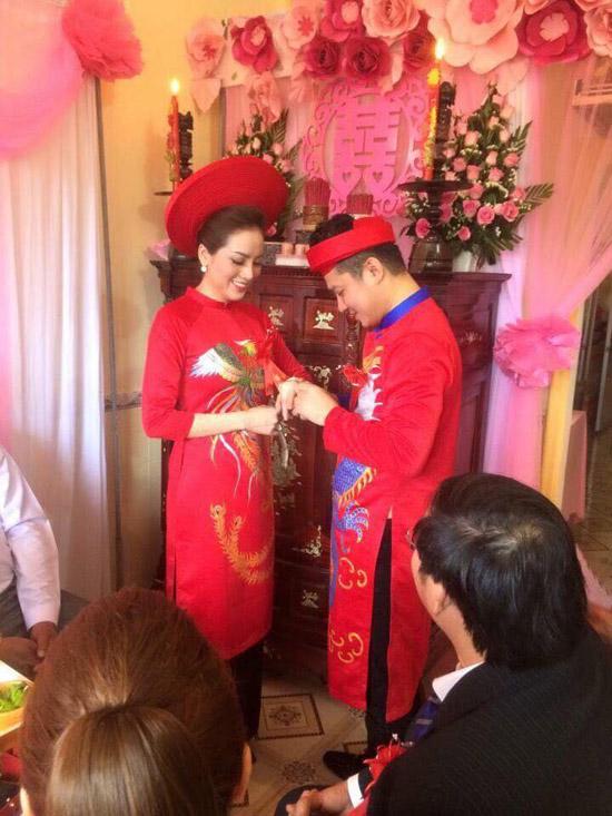 Sáng nay (16/1), ca sĩ Lâm Vũ âm thầm tổ chức hôn lễ với bạn gái Huỳnh Tiên tại Cà Mau. Không ít khán giả bất ngờ trước thông tin này bởi trước đó, Lâm Vũ không chia sẻvề chuyện tình cảm. Một năm trước, anh còn thổ lộ rằng, anh hài lòng với cuộc sống độc thân dùbạn bè ai cũng có gia đình, con gái.