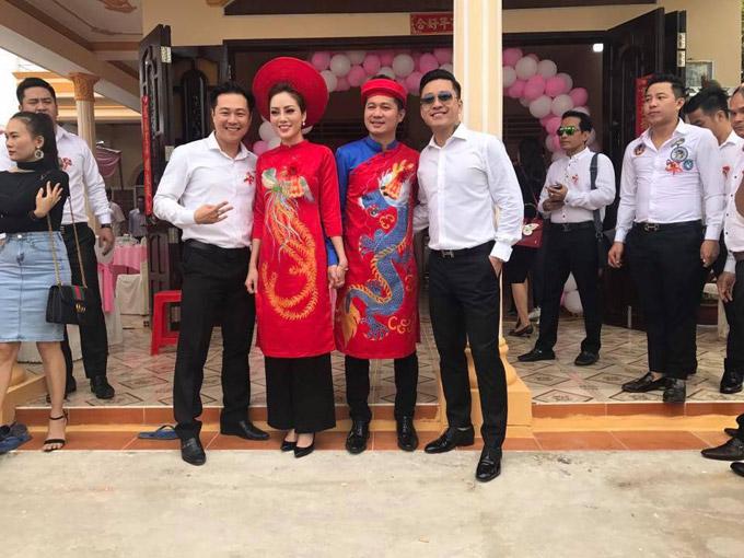 Trong ngày thành hôn của Lâm Vũ, ca sĩ Tuấn Hưng và nhiều bạn bè thân thiết đã về tận Cà Mau để xin dâu cùng anh. Trên trang cá nhân, cựu thành viên Quả Dưa Hấu còn livestream về buổi lễ và gửi lời chúc mừng hạnh phúc đến người bạn thân.
