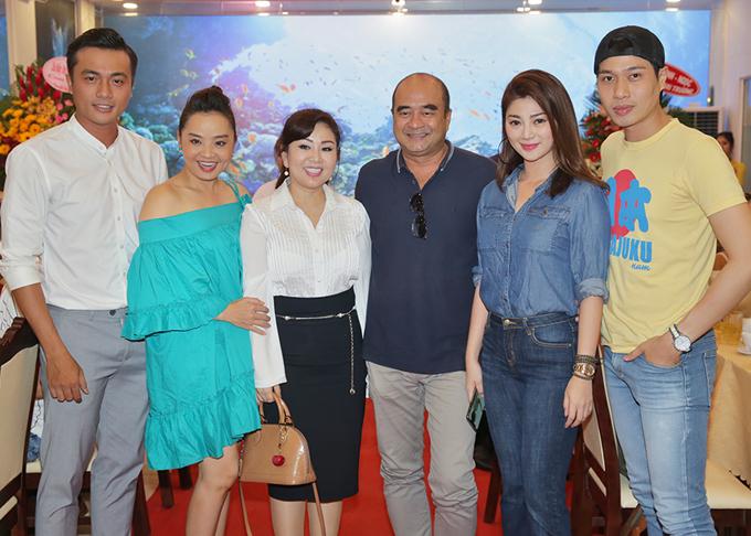 Diễn viên Hà Kim (ngoài cùng bên trái), Đức Long (áo vàng) và nhiều anh em, bạn bè thân thiết dự tiệc tối 15/1.