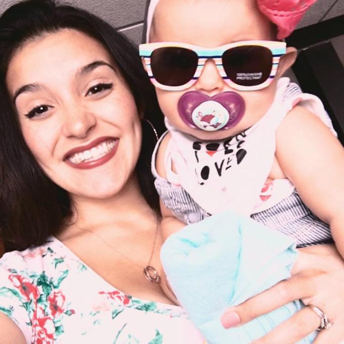 Elisa và con gái.