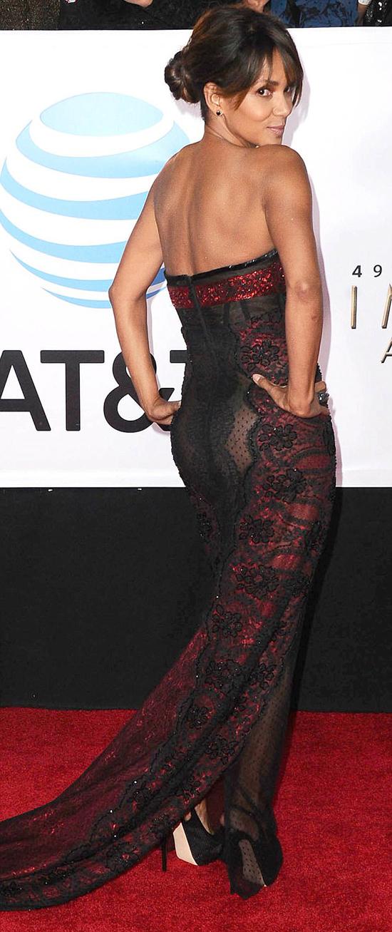 Halle Berry rất tự tin khoe body.