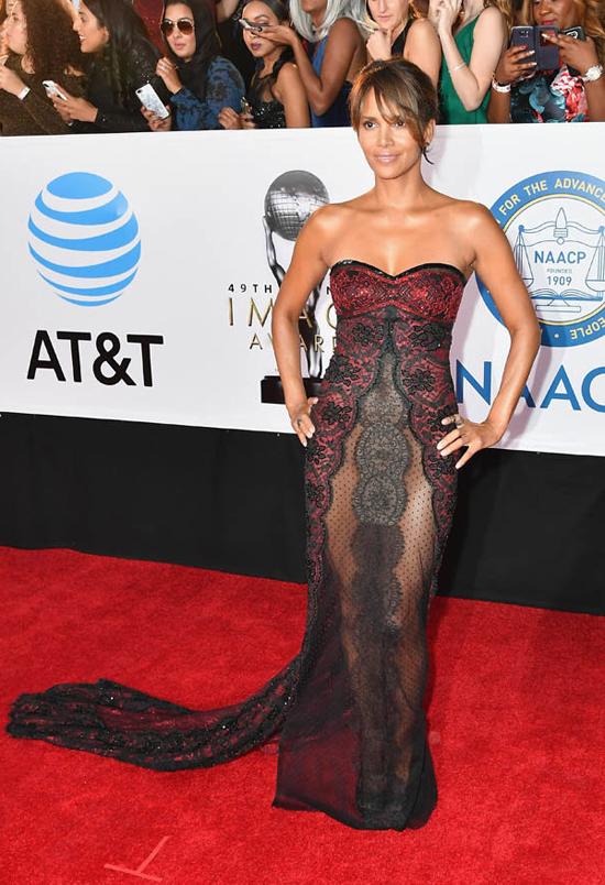 Halle Berry gợi cảm trên thảm đỏ NAACP Image Awards - lễ trao giải thường niên của Hiệp hội Quốc gia Mỹ vì sự tiến bộ của người da màu. Nữ diễn viên lựa chọn đầm ren thương hiệu Reem Acra.