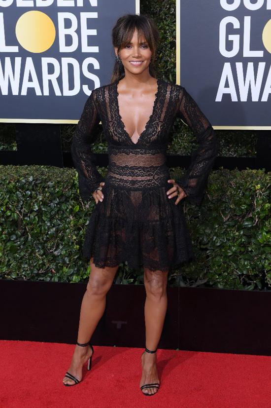 Halle Berry cũng từng gây ấn tượng với phong cách sexy tại lễ trao giải Quả cầu vàng hôm 7/1.