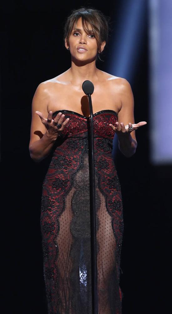 Halle Berry được đề cử giải Nữ diễn viên chính xuất sắc với vai diễn trong phim Kidnap, tuy nhiên cô đã tuột mất giải thưởng vào tay nữ đồng nghiệp Octavia Spencer.