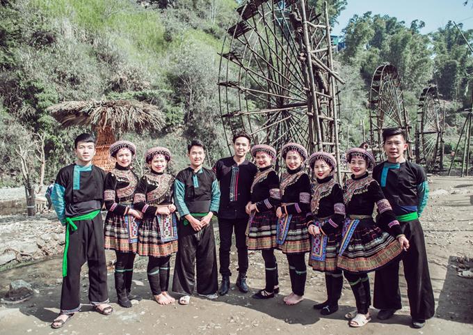 Hồ Quang Hiếu chụp ảnh kỷ niệm cùng các cộng sự hỗ trợ anh quay MV.