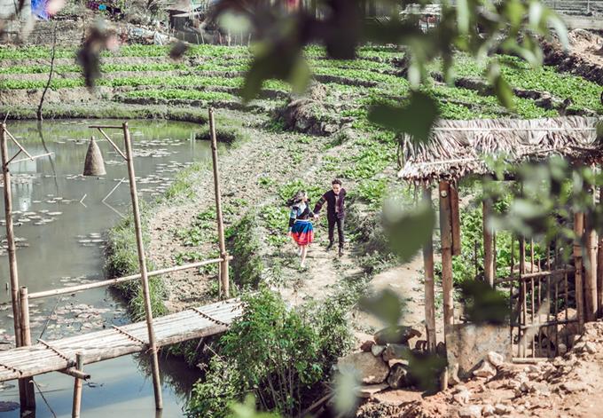 Cảnh thiên nhiên bình dị và tình yêu lãng mạn của đôi trai gái người dân tộc được Hồ Quang Hiếu đưa vào sản phẩm này. Ở đây họ đón xuânđơn giản nhưng bình yên. Ai cũng nên một lần đếnTây Bắc khi xuân về, nam ca sĩ nhắn nhủ.