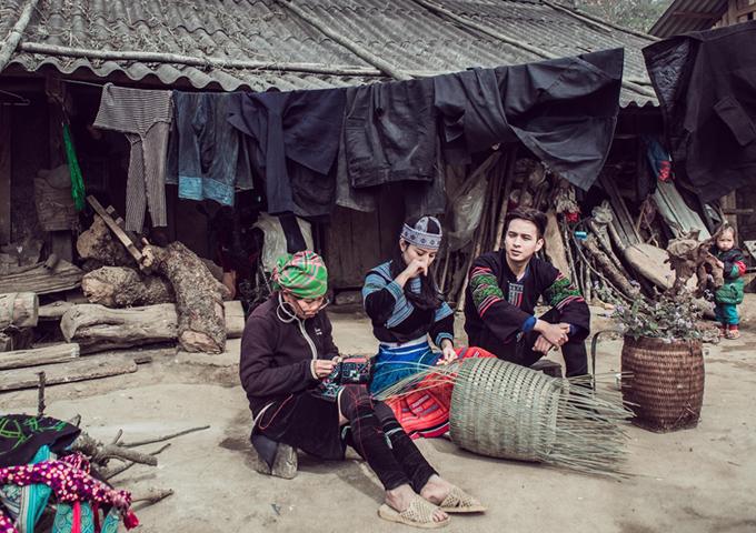 Trong chuyến đi Tây Bắc, chàng ca sĩ tranh thủtìm hiểu đời sống sinh hoạt của người dân tộc.