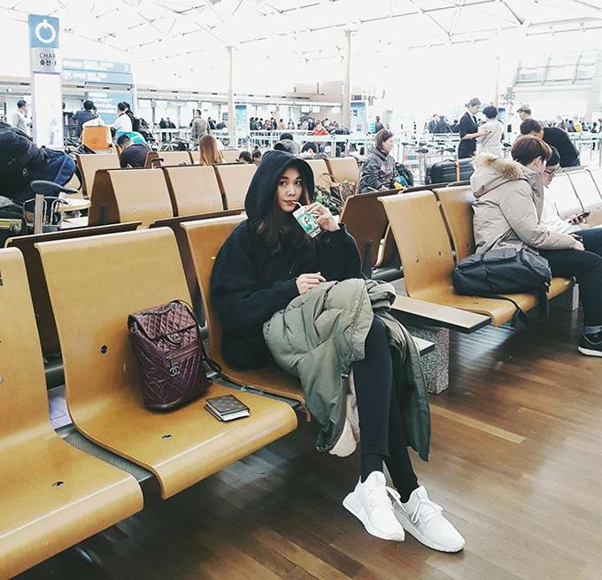Thanh Hằng hồn nhiên uống sữa ở sân baybay. Cô hài hước bình luận: Trai đẹp mang phong cách rất ngầu đời.