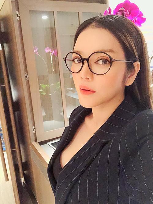 Lý Nhã Kỳ tái xuất sau một thời gian im ắng. Cô có mặt ở Hà Nội, diện áo vest khoe ngực đầy.