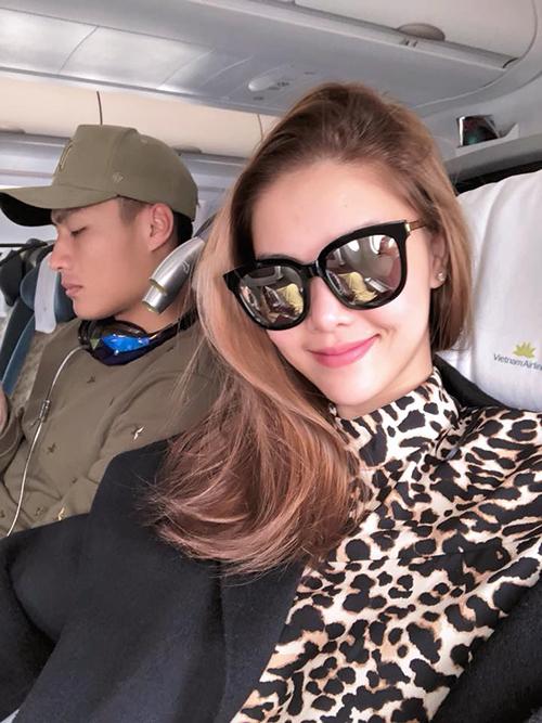 Vợ chồng Mạc Hồng Quân - Kỳ Hân đăng ảnh trên đường bay về Sài Gòn.