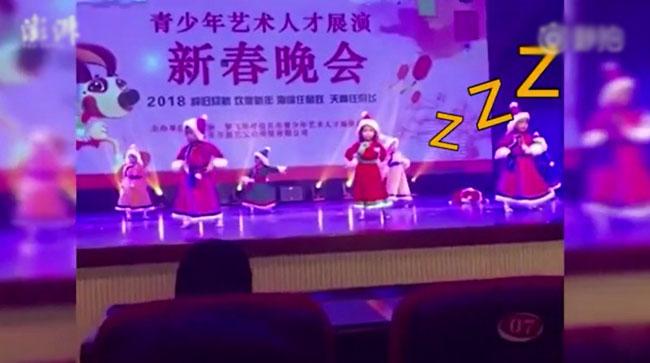 Bé gái ngủ gục trên sân khấu trong buổi biểu diễn ở trường mẫu giáo