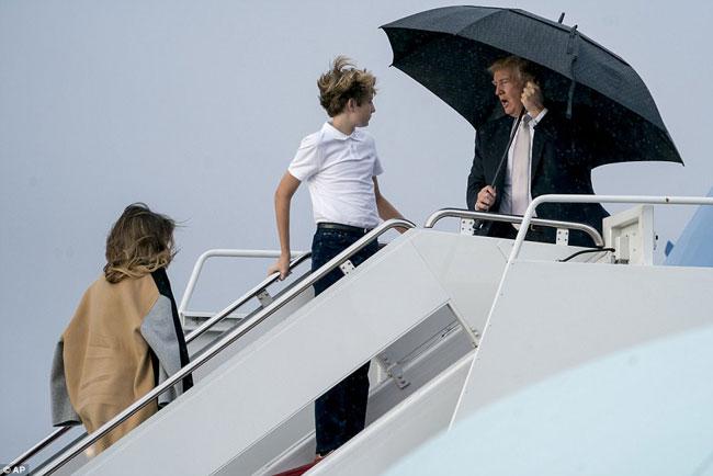 Ông Trump che ô một mình, để vợ con đầu trần trong mưa gió - 2