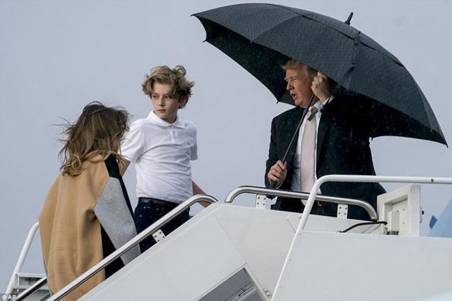 Ông Trump che ô một mình, để vợ con đầu trần trong mưa gió - 3