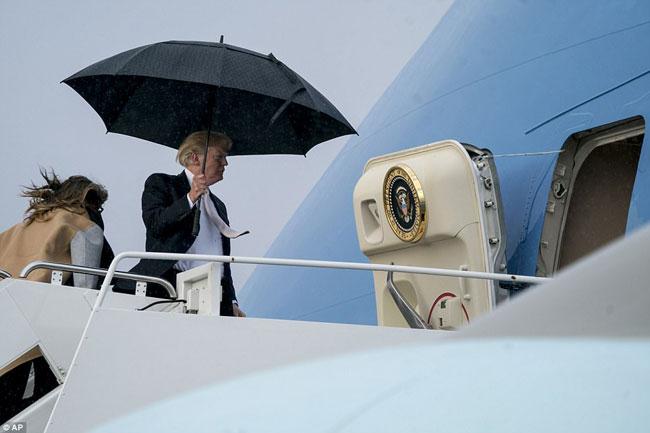Ông Trump che ô một mình, để vợ con đầu trần trong mưa gió - 4