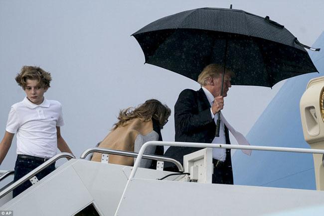 Ông Trump che ô một mình, để vợ con đầu trần trong mưa gió - 5