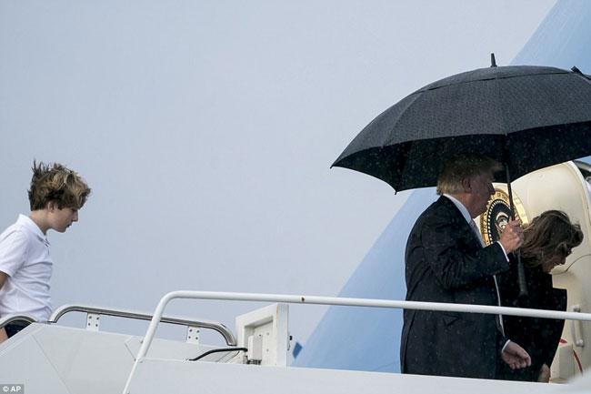 Ông Trump che ô một mình, để vợ con đầu trần trong mưa gió - 6