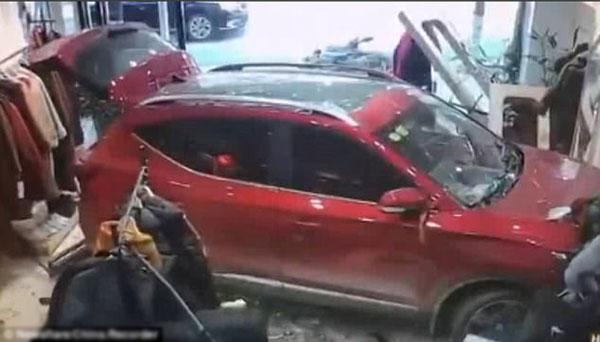 Ôtô mất lái lao vào shop quần áo đâm trúng người bán hàng - 1