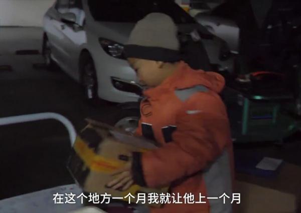 Xiaochangjiang bê đồ giao cho khách.