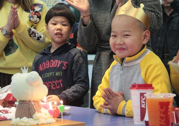 Cậu bé vừa có sinh nhật ấm áp với những đứa trẻ trong trung tâm phúc lợi dành cho trẻ em hôm 14/1.