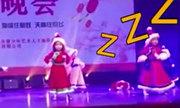 Bé gái ngủ gục trên sân khấu khi đang biểu diễn văn nghệ