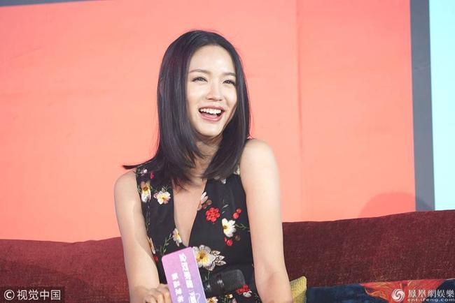 Ngày 15/1, hoa hậu Trương Tử Lâm tham dự sự kiện quảng cáo của một thương hiệu mà cô là gương mặt đại diện. Hoa hậu thế giới mặc bộ đầm hoa cổ V sâu gợi cảm, gương mặt tươi rạng rỡ.