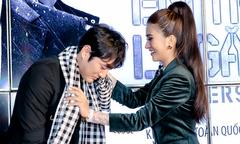 Kim Tuyến tặng khăn rằn cho diễn viên Hàn Quốc Jo Han Sun