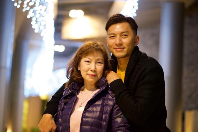 Viên Vỹ Hào và mẹ.