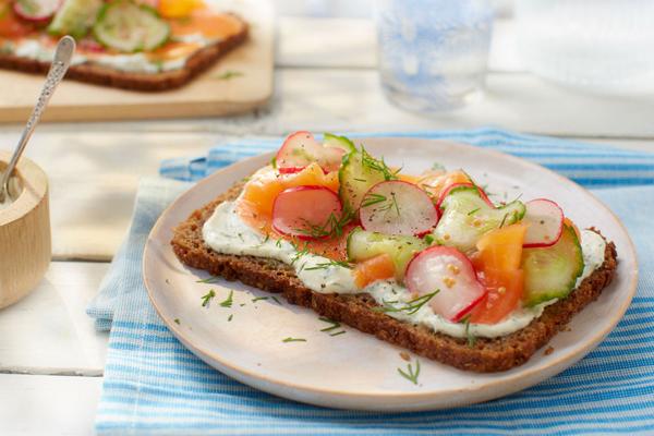 Ăn bữa sáng giàu protein Các nghiên cứu đã chỉ ra rằng, tiêu thụ một bữa sáng giàu protein sẽ mang lại cảm giác no lâu, giúp bạn bớt thấy thèm ăn trong suốt cả ngày.