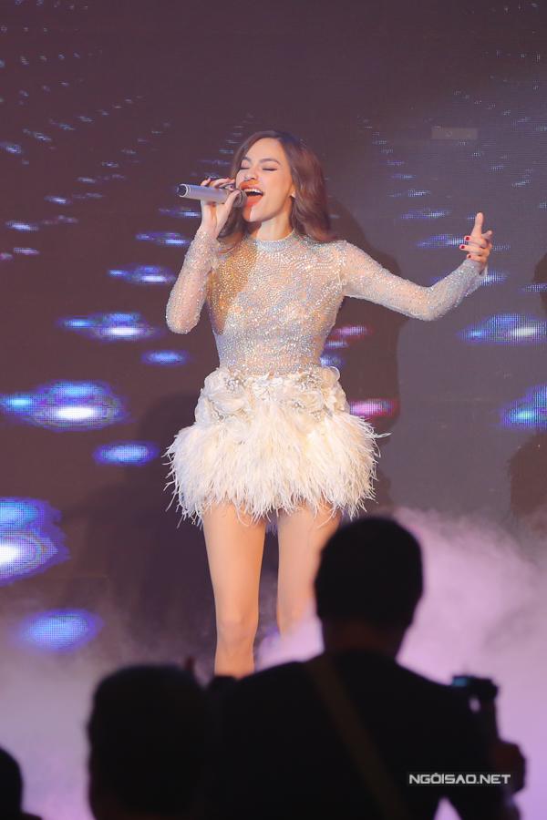 Tối 16/1, Hồ Ngọc Hà có 3 show diễn ở TP HCM. Lịch làm việc như thế này diễn ra khá thường xuyên đối với nữ ca sĩ.